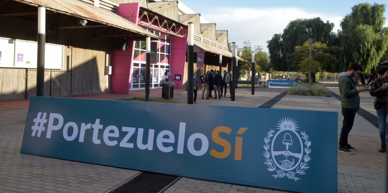 A banner in favour of the Portezuelo del Viento hydro plant