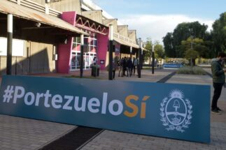 A banner in favour of the Portezuelo del Viento hydro plant